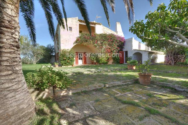Fantastic country estate of 6 hectares with a beautiful historic house from the 18th century of 500m2 with 5 bedrooms and 4 four bathrooms, renovated with taste and respecting the original features of the building, including four vaulted rooms and a 'mares' limestone facade and exposed stone walls, and beautifully landscaped garden areas. As well as the main house there are several outbuildings, such as a stable used as a garage, barns and other smaller constructions. well, electricity.