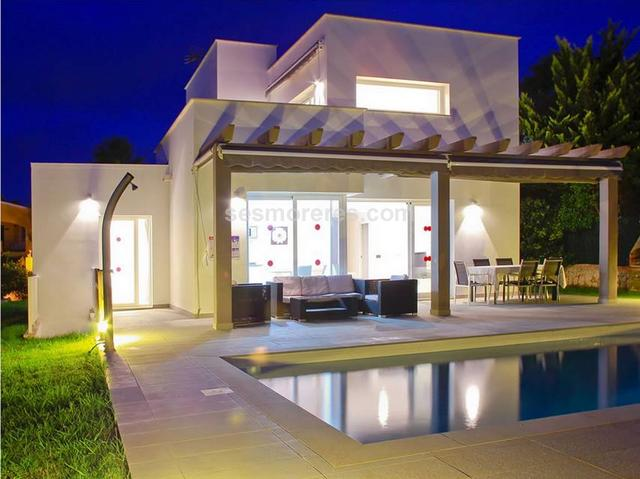 Built surface 160 m², 631 m² plot,  4 bedrooms ( 1 suite,  3 double),  2 bathrooms, kitchen, terrace, garden, built-in wardrobes, construction year (2010), air conditioning, swimming pool, sea view (partial), energy certif. (G) .