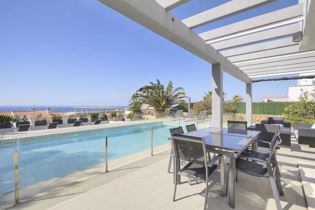 Villa with modern and functional design, enjoying spectacular sea views and beautiful sunsets. Built surface 252 m², 650 m² plot,  4 bedrooms ( 3 suits,  1 double),  4 bathrooms, kitchen, terrace, garden, garage, built-in wardrobes, double glazing, constructied in 2010, fireplace, air conditioning, south facing, swimming pool, sea view, energy certif. (G).