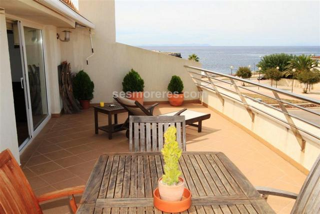 Great penthouse all on one level of 112 m² built area by the seafront in Ciutadella, it has  4 bedrooms (1 en suite,  1 double,  2 singles), kitchen, dining room, has two terraces that makes a total of 43 m2, marble floors , elevator, built-in wardrobes, double glazing, air-conditioned, sea view. High quality finishes.