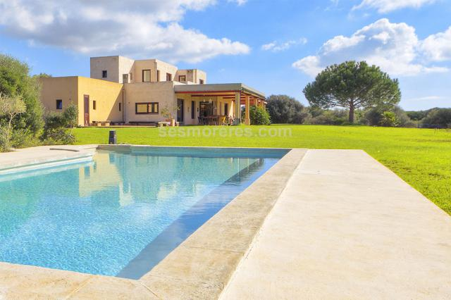 An exceptional country estate with a designer house.  The property extends over 4 hectares with total privacy in an peaceful location and close to the beaches of the south coast.  The house of 350 sq m has an elegant and modern style, enjoying every type of comfort and luxury, with well designed spacious and light rooms. There is ample driveway and parking, a large garden as well as pool and also a barbecue building which is currently under construction. Built surface 350 m², 40016 m² plot,  4 bedrooms (4 double),  5 bathrooms, kitchen, laundry, dining room, terrace, garden, garage, built-in wardrobes, construction year (2002), fire place, air conditioning (ducter), swimming pool, Storage room.