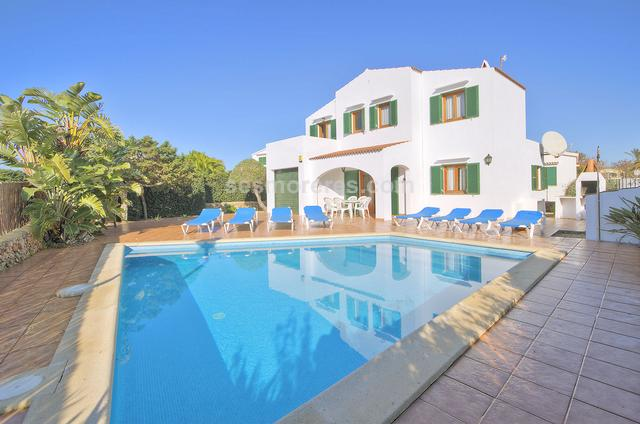 An inviting villa in the heart of a popular resort on the south coast and walking distance to the beach.  It has a tourist licence and is ideal for either summer rental or as a private home.  The house and garden are easy to maintain and kept in excellent condition by the present owner. There are three double bedrooms and two bathrooms, kitchen/diner and a light and airy lounge which opens onto the terraces and pool. Built surface 120 m², 391 m² plot,  3 bedrooms (3 double),  2 bathrooms, kitchen, terrace, swimming pool.