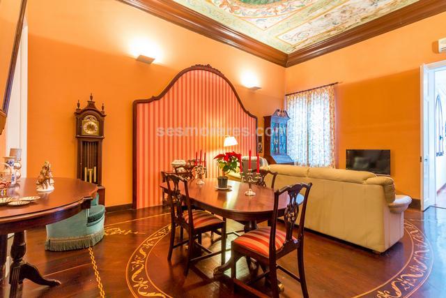 Apartamento de lujo situado en el  centro de Mahón. Destaca la gran calidad de acabados tanto del apartamento como del edificio del que forma parte. Tiene el techo antiguo con lienzo pintado a mano y suelos de caoba negro y blanco, un amplio salón y cocina independiente, dos dormitorios dobles y un baño, unas escaleras conduce a la terraza con vistas a la ciudad. Está ubicado en una calle muy tranquila  y elegante. Superf. 117 m²,  2 habitaciones (2 dobles),  1 baño, cocina, terraza, suelos (caoba), ascensor, calefacción, año construcción (2007), carpinteria exterior, aire acondicionado.