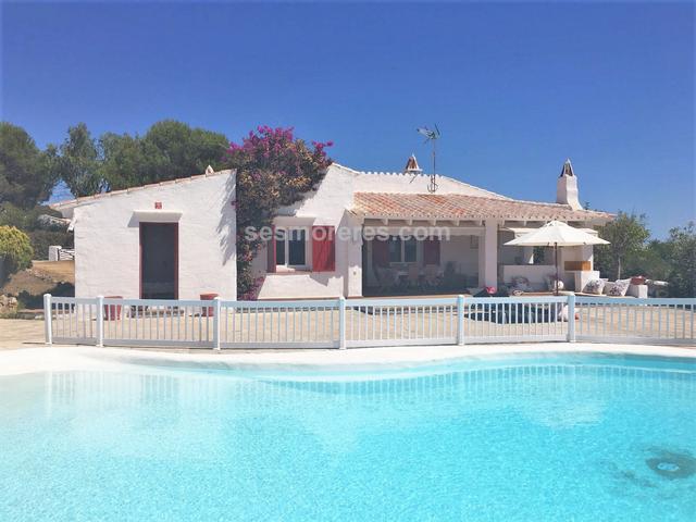 Chalet con encanto situado en una de las zonas más exclusivas de Menorca. La propiedad se levanta sobre gran parcela de 1.300m2  y tiene edificada una bonita casa de estilo rústico con el encanto de las casas típicas de Menorca, destacando las acogedoras terrazas cubiertas, una gran piscina. El entorno disfruta de total tranquilidad y tiene acceso casi directo a la cala de Biniparratx. Superf. 171 m², 1366 m² solar,  4 habitaciones (4 dobles),  3 baños, cocina, comedor, jardín, piscina, vista mar, trastero.