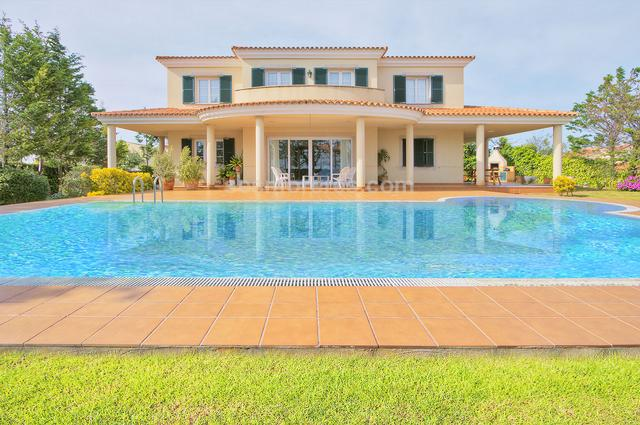Great property in Malbuger both for the quality of its finishes, as for its built meters and especially for the large plot it has. This large villa has been designed with great care to offer the maximum comfort we could wish for, with ample spaces, which offer a sober style where the large hall-distributor stands out, a large perfectly equipped kitchen, laundry room with ironing area, a large garage with capacity for up to 4 vehicles. The exterior has an elegant entrance, large terraces, barbecue area, and a nice pool, all surrounded by lawn and flowering plants. Built surface 320 m², 1177 m² plot,  6 bedrooms (6 double),  4 bathrooms, urban area, kitchen, laundry, dining room, terrace, garden, garage, built-in wardrobes, heating (diesel, heating underfloor), double glazing, construction year (2001), carpentry outside (PVC), carpentry inside, air conditioning (pre-installation), situation (South), swimming pool, Storage room.