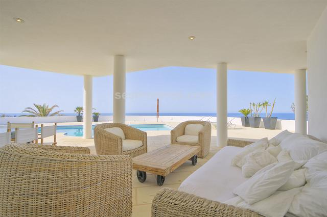 A modern villa built to maximize the stunning sea views of the south coast. One of the most striking features throughout this property is how spacious and light it is, the four double bedrooms, the kitchen, spacious lounge and dining area all offer comfort and elegance. The terrace and barbecue area is partially covered and provides the main living area throughout the long summer days although the property is well equipped with under floor heating and an open wood burning fire for cooler evening.  Option to buy adjoing plot of building land. Built surface 320 m², 1563 m² plot,  4 bedrooms (4 double),  3 bathrooms, kitchen, laundry, dining room, terrace, garden, garage, heating (radiant), double glazing, construction year (2008), fire place, sunny, swimming pool, front line, sea view, tourist licence.
