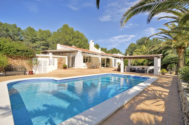 Elegant and modern villa, perfectly maintained and equipped with all the imaginable comforts to live all year round or to be enjoyed as a second home. The property enjoys a lot of privacy and has a large terrace and lovely outdoor spaces around its large pool, with a beautiful and well-kept garden. There are a total of 3 double rooms and two bathrooms. An ample suite with dressing room / gym has access to the terrace and pool area. Another double bedroom has a large hall / dressing room and direct access to a terrace. The spacious kitchen is fully equipped and has a beautiful covered pergola in front, overlooking the pool area. The ample and bright living room is connected to a beautiful dining room, both have direct access to the terrace and garden. The property has a spacious entrance to the house and a large garage with workshop. A room currently in use as an office could be converted into another bedroom. From the rooftop you will enjoy views of the golf course. This beautiful property is located in the urbanization of Son Parc, opposite the golf course and a short distance from the beach of Arenal Son Saura and its crystal clear waters.