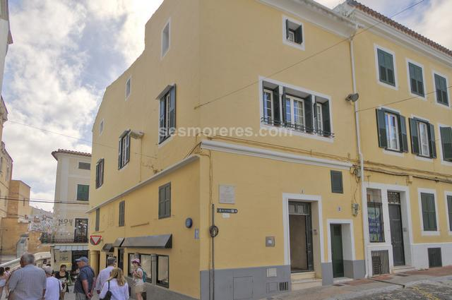 This house is centrally located in the heart of the historical centre of Mahon, close to the Church of Santa Maria.  It has a corner position on the first and second floor of this typical Menorcan town house, and enjoys views over Plaza Constitution and the main pedestrian streets from three sides. The rooms, (some of which are painted stucco) are distributed around the central staircase. On the first floor is a large lounge/diner, independent kitchen, office and master bedroom with bathroom, on the second floor are three more bedrooms, bathroom and laundry room.  A small terrace on the top of the building provides excellent views over the town.  It is sold fully furnished with good quality furniture. Built surface 282 m²,  7 bedrooms (7 double),  2 bathrooms, kitchen, dining room, terrace, heating, furnished, air conditioning, State certification: .