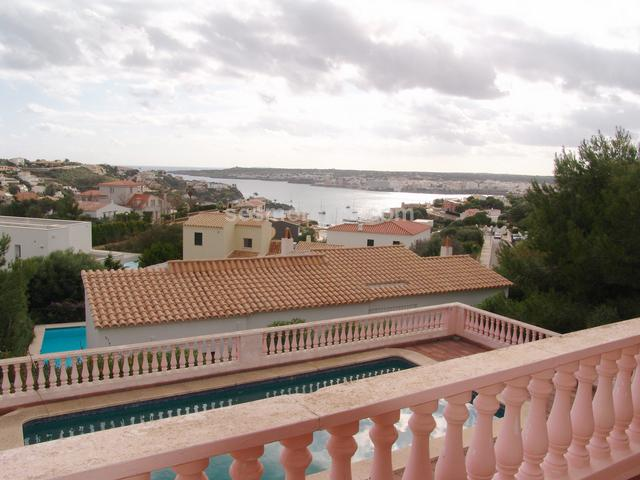 Chalet vista mar en venta en Cala Llonga, Menorca. Superf. 264 m², 552 m² solar,  5 habitaciones ( 1 suite,  4 dobles),  2 baños,  1 aseo, cocina, lavadero, comedor, terraza, jardín, armarios, calefacción, chimenea, carpinteria exterior (madera), carpinteria interior (amdera), piscina (45 m2), vista mar.