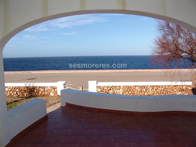 Cosy front-line villa with fabulous views. From its strategic location it enjoys views of virtually the entire western coast of Ciutadella and of the eastern coast of Mallorca.