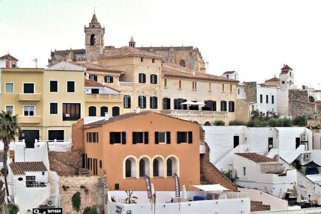 Casa antigua de 293m² de dos plantas con solar de 188m² restaurada en 2005 en la franja sur de la bocana del puerto de Ciutadella y tiene dos terrazas con preciosas vistas al Pla de Sant Joan.  Recibidor y escalera, salón, comedor, cocina (queda pendiente instalar los muebles de cocina) y garaje, 3 dormitorios y 3 baños, lavadero, con suelos de terracota y mosaicos hidráulicos, vigas vistas, carpintería interior de madera recuperada y carpintería exterior de pvc con vidrio laminado de 4 hojas. La casa tiene aislamiento térmico y acústico.  Desde su rehabilitación no ha sido nunca ocupada.