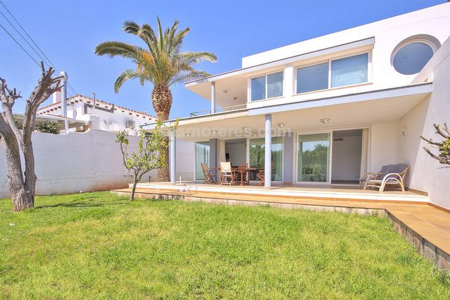 Newly built villa with modern and functional design in Ses Salines. Built surface 280 m², 730 m² plot,  5 bedrooms (1 suite,  4 double),  3 bathrooms, 1 cloakroom, kitchen, laundry room, dining room, terrace, tiled floors, garden, garage, built-in wardrobes, double glazing, constructed in 2006, ducted air conditioning with heat pump, swimming pool, storage room.
