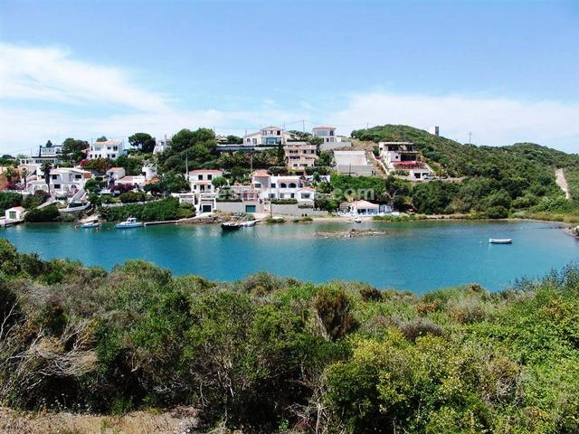 In the prestigious urbanization of Cala Rata within the natural port of Mahon, a plot of building land in front-line with a small beach. 810 m² plot size, qualified as urban (residential), building land, sea view, front line position.