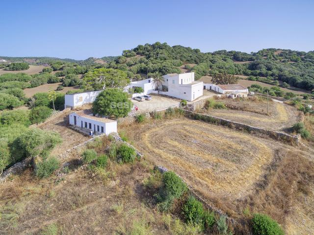 A country estate of 1.670.000m² located in a beautiful environment that offers the maximum privacy, formed by three independent estates with three houses and numerous agricultural buildings which total approximately 2,000m² built area. It has electricity and several wells.