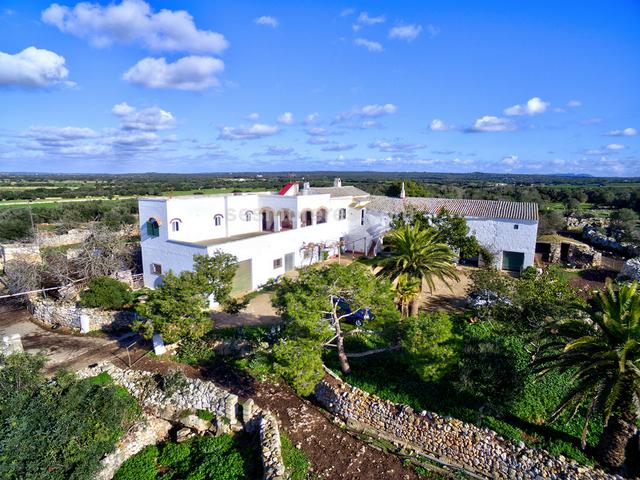 Large country estate with farming activity and with 130 hectares of very fertile land. It is located just a short distance from the unspoilt beaches of the south coast of Ciudadela in a very pleasant rural environment. The architectural group is composed of a main house with 2 dwellings and several agricultural buildings totalling more than 2,000m2 built area. It has electricity and its own well.