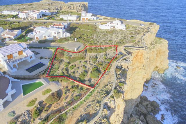 Exclusive plot of  building land for sale in the prestigious urbanization of Cala Morell, in front-line position with an area of 1.090 m2. With project to build a detached villa with swimming pool.