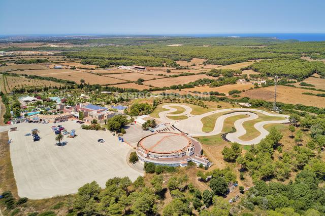Excellent tourist complex, unprecedented on the island, located on an area of 87,000 m2. It is composed of a spectacular 426m2 house and more than 11,000m2 of buildings for leisure, sports, commerce and catering. There is also a spectacular structure of more than 1,500 m2 for use as a function room and shows, The high profitability of the complex, together with the uniqueness of the environment and its buildings, give it excellent value as well as an unbeatable investment opportunity.