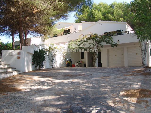 Villa for sale in Son Parc. Es Mercadal (Menorca). Built surface 482 m², 2100 m² plot,  11 bedrooms (10 double,  1 single),  4 bathrooms, kitchen, laundry, terrace, garden, garage. Good residential area.