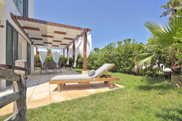 Atractivo chalet de reciente construcción situado a muy poca distancia de la playa de s'Arenal d'en Castell, forma parte de un agradable conjunto residencial de solo 20 propiedades, disfrutan de amplias zonas ajardinadas y piscina, todo en un excepcional estado de mantenimiento y tranquilidad absoluta. Tiene una gran terraza en la azotea con una estupenda zona de estar, con barbacoa y vistas al mar. Superf. 136 m²,  4 habitaciones (4 dobles),  2 baños, cocina, lavadero, terraza, jardín, armarios, vidrios dobles, año construcción (2005), aire acondicionado, piscina, vista mar.