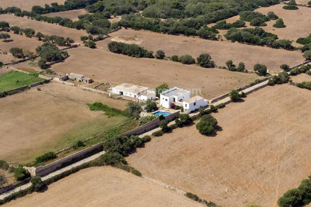 Finca located on the south coast of Ciudadela, just a short distance from the southern beaches.The farm is composed of a main house with two parts, connected by a porch and with independent access, and several buildings for agricultural-livestock use. There are a total of 6 rooms, 2 bathrooms, 1 cloakroom, kitchen, living - dining room, laundry room, storage room, swimming pool and garage. The farm has electricity and its own well.