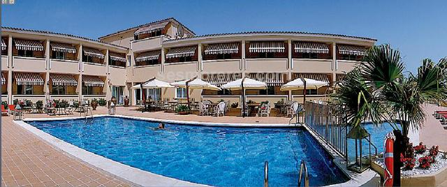 Very charming recently reformed hotel, 26 well decorated rooms (22 double, 4 singles) equipped with safe, flat screen TV and telephone. It also has a reception, restaurant, bar, swimming pool and sun terrace. It has superb sea views. More information under formal request.