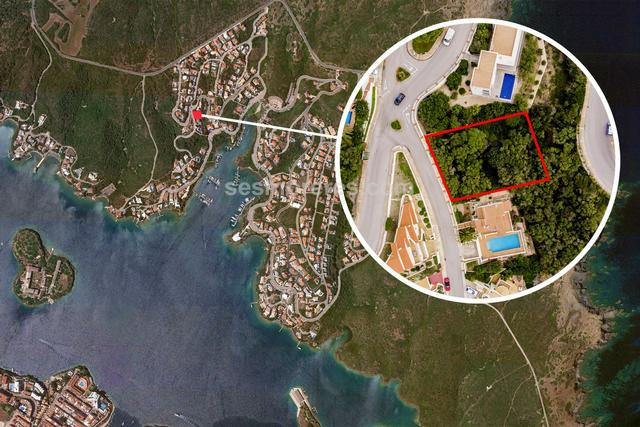 Plot for sale of 870 m² with lateral views to the port of Mahon, urban qualification (residential urban), you can build a two-storey villa, plus terrace, pool and basement.