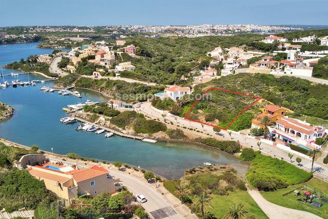Plot of land in front line, 1040 m² plot size, qualified urban residential, a villa on two floors plus terrace and a swimming pool could be built. Magnificent opportunity to buy a plot with views in the prestigious urbanization of Cala Llonga.