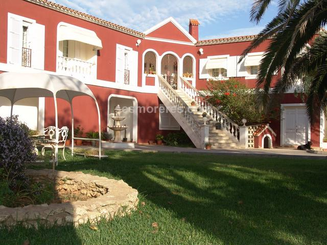 Fantastic country estate of more than 1.000 sq.m. built on a rustic land of aprox. 15.000 sq.m. located in Mahón itself. It has a main house with 6 bedrooms, 4 bathrooms, spacious living room and a ballroom for parties and ceremonies, kitchen, laundry room, garage for more than 4 cars, several terraces and a large swimming pool. It has its own well, electricity and gardens with irrigation system. Very private location. Energy certif. (E) 214 Kwh/m²a.